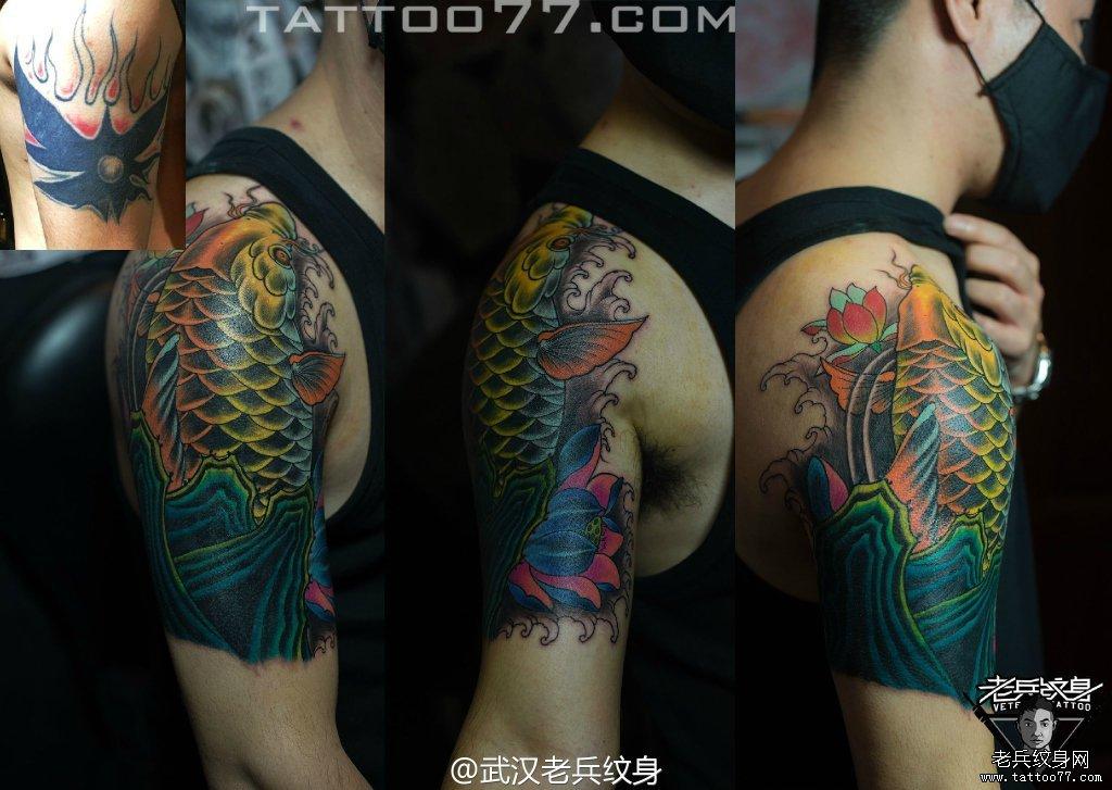 大臂鲤鱼刺青图案作品遮盖旧纹身