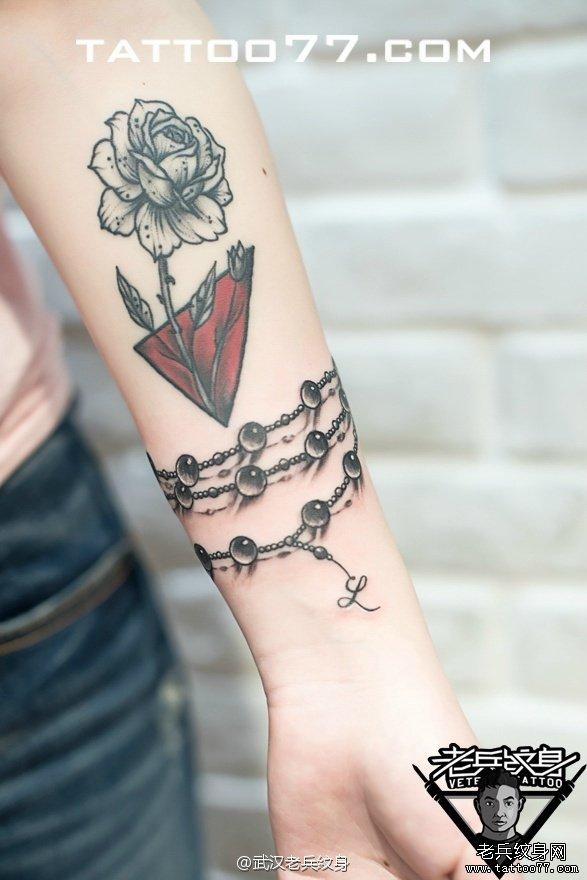 手部玫瑰花链珠刺青图案作品