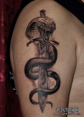 胳膊蛇剑纹身图案