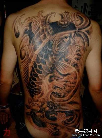 后背红鲤鱼纹身图案图片
