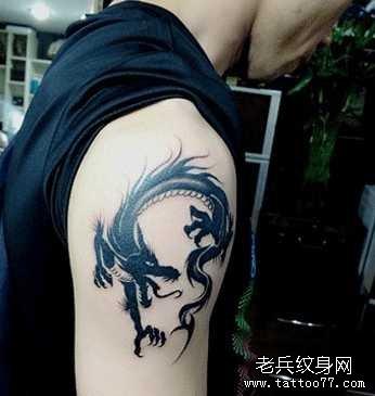 胳膊黑龙纹身图案