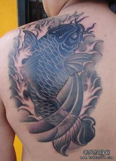 后背黑鲤鱼纹身图案