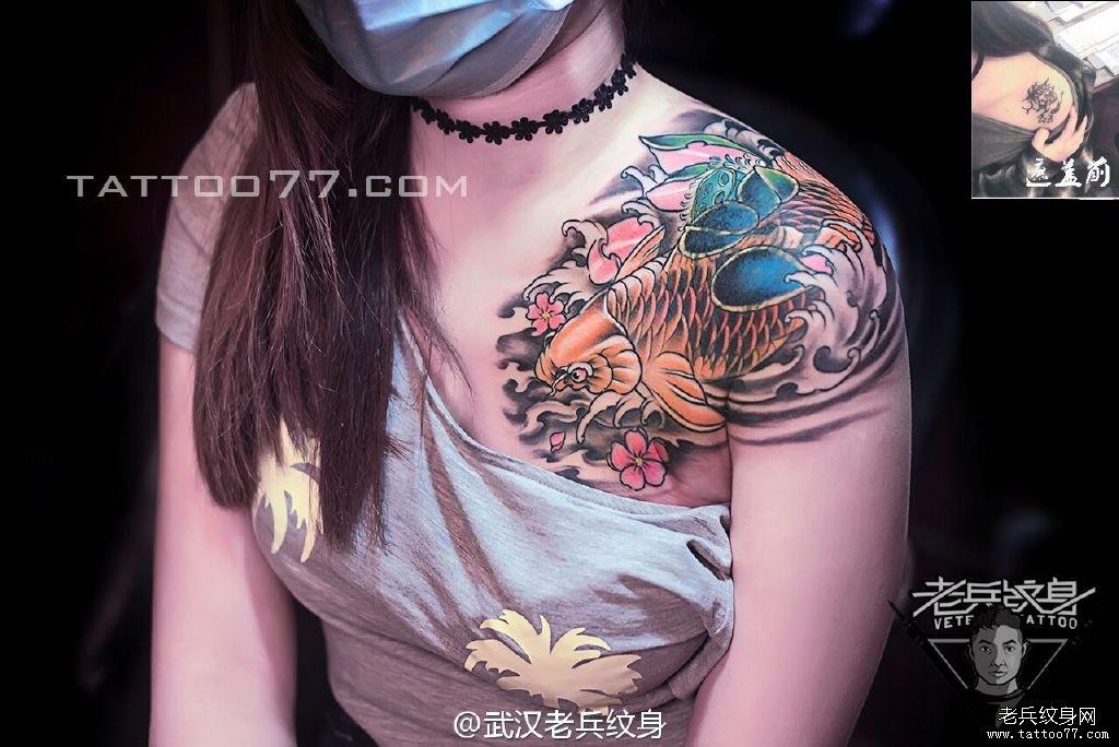 手臂鲤鱼刺青图案作品遮盖旧纹身
