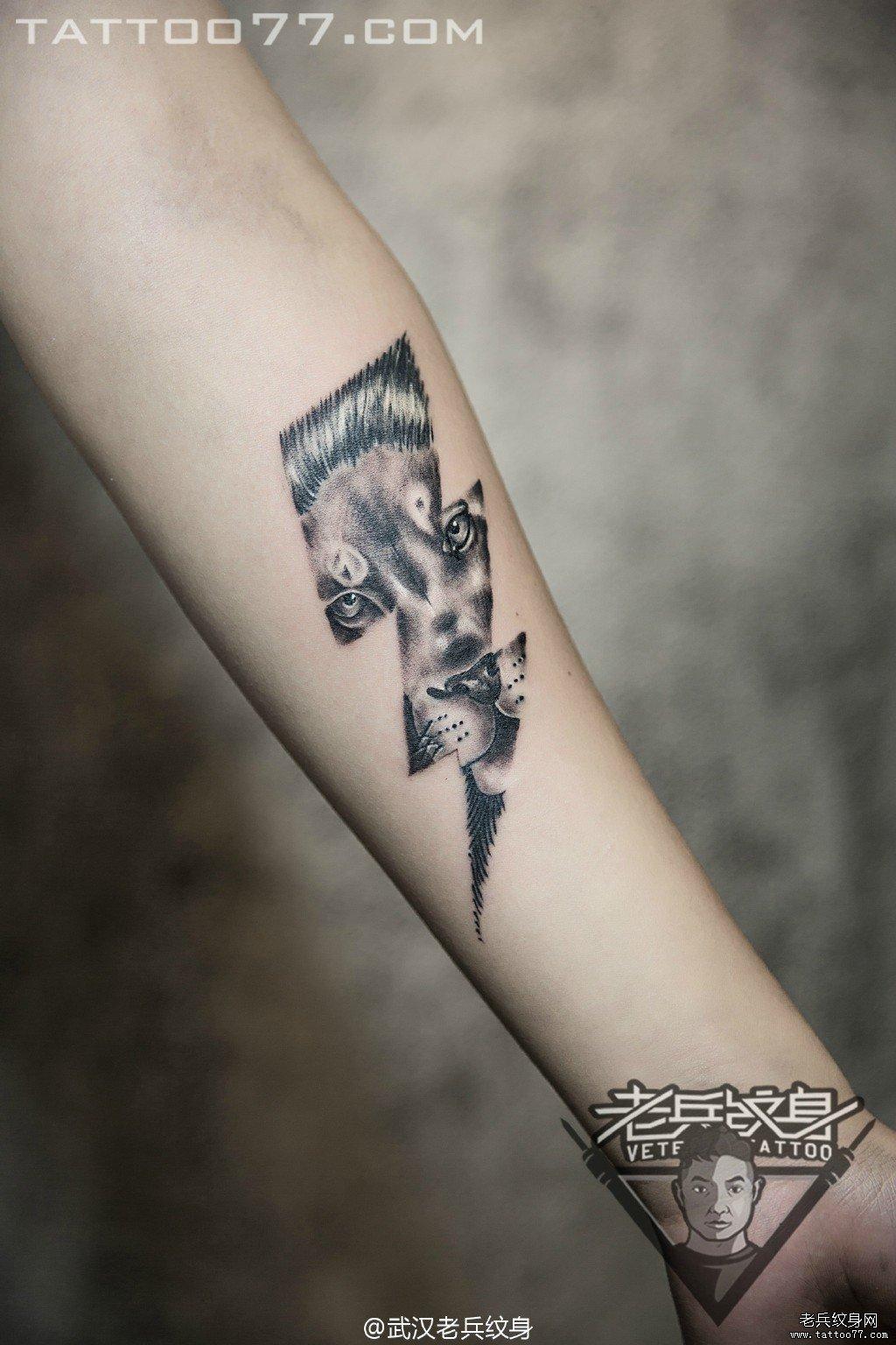 小臂狮子闪电刺青图案作品