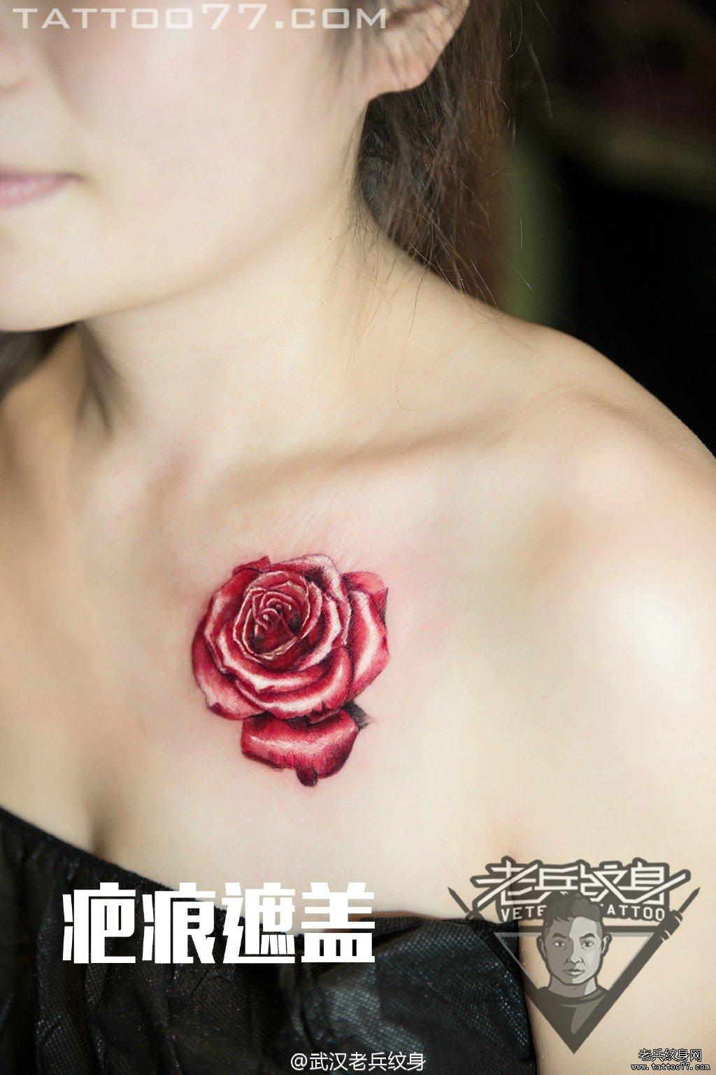 锁骨玫瑰遮盖文身图案