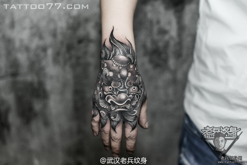手背唐狮子刺青图案作品