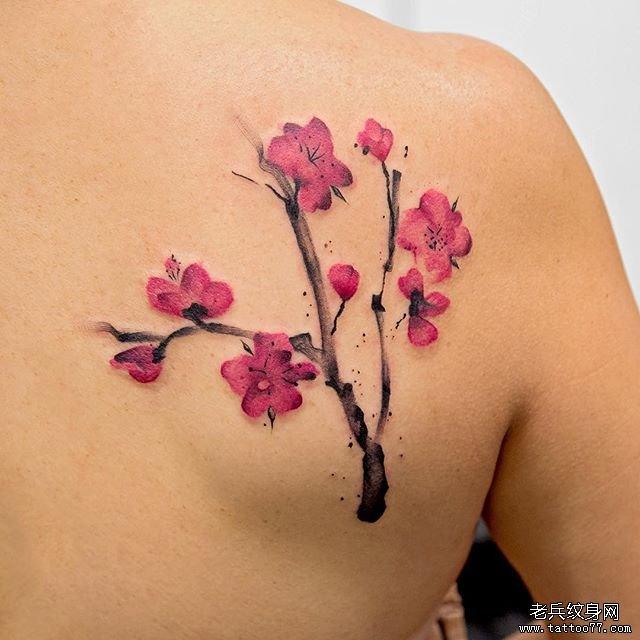 后背彩色梅花纹身图案
