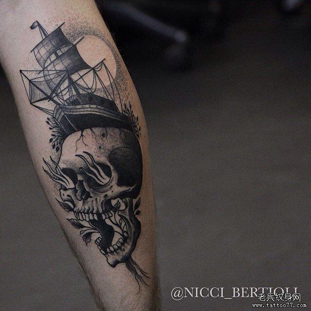 线条黑灰骷髅纹身图案