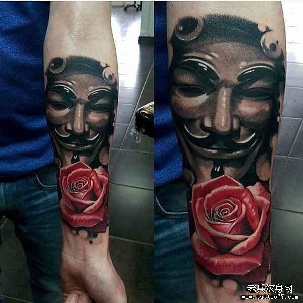 手臂玫瑰与黑灰写实v字仇杀队纹身图案