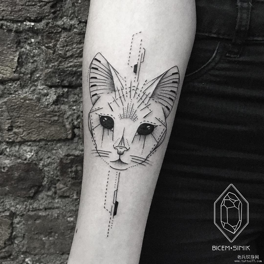 手臂黑灰猫头纹身图案