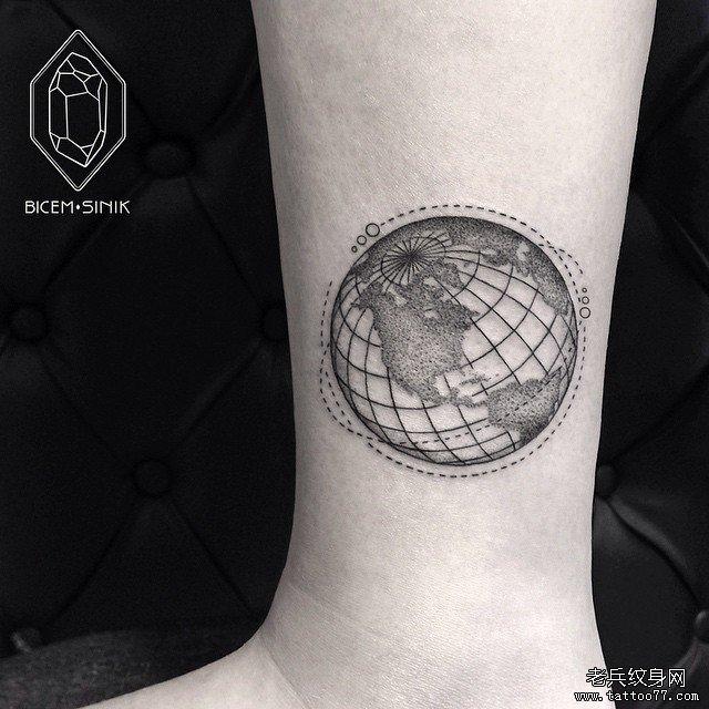 线条地球仪纹身图案