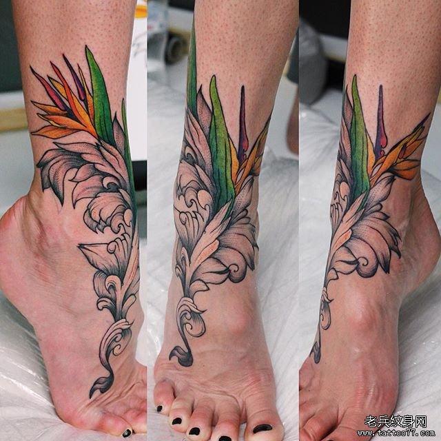 腿部彩色花朵纹身图案