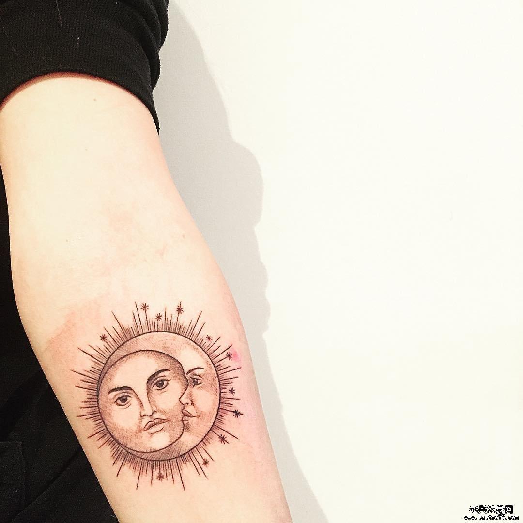手臂线条太阳与月亮纹身图片