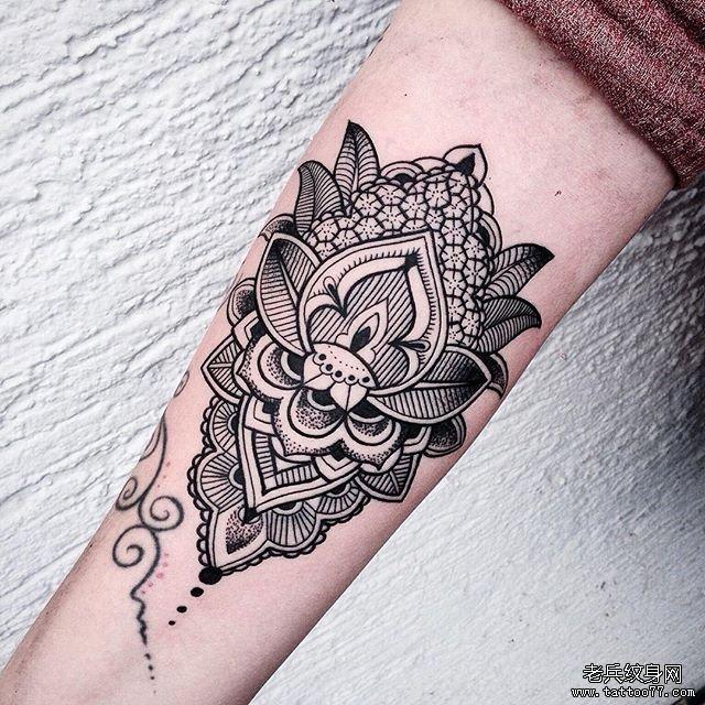 手臂黑灰蕾丝纹身图案
