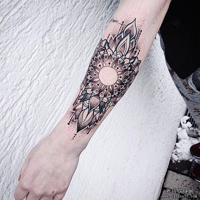 手臂点刺蕾丝纹身图案