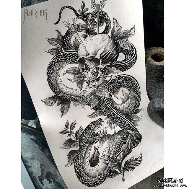 黑灰骷髅与蛇纹身图案