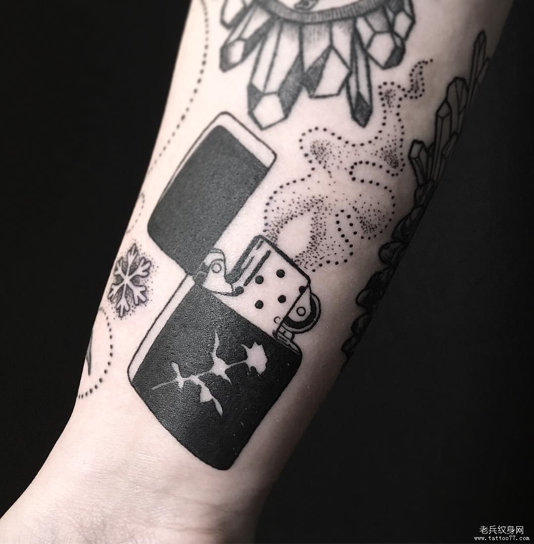 浏览           手臂黑灰打火机纹身图片         线条手背纹身图案