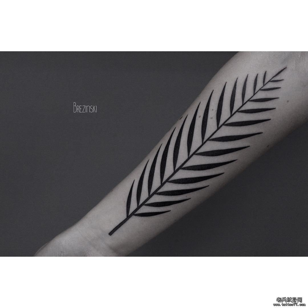 手臂黑色叶子纹身图案