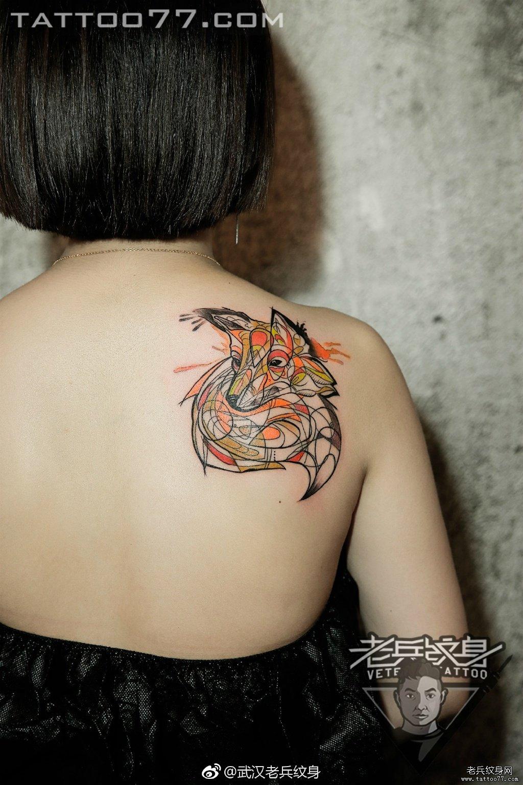 后背彩色狐狸刺青纹身作品