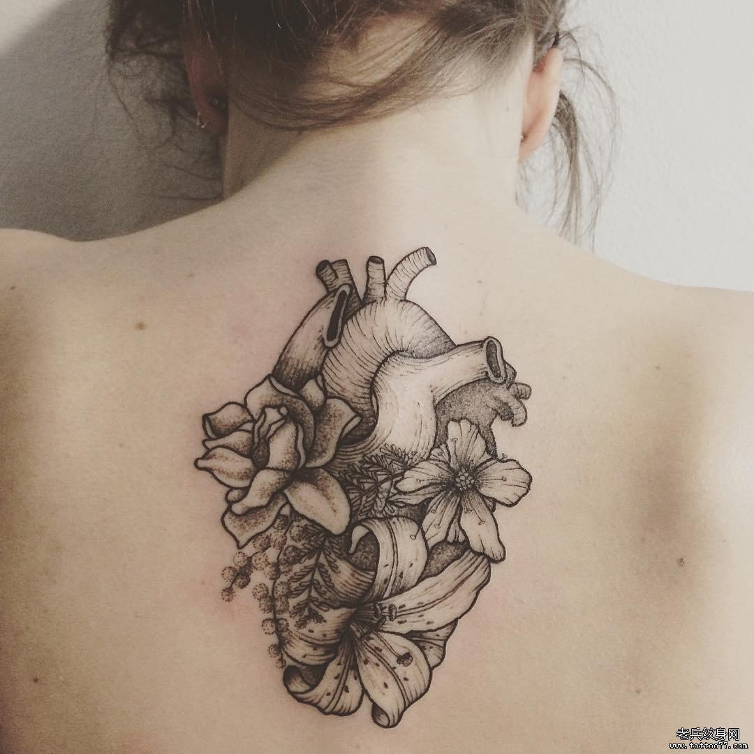 后背心脏花朵纹身图案