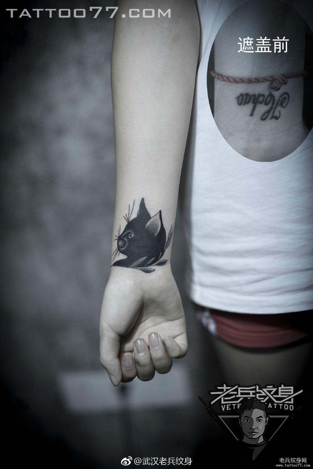 手腕黑色猫咪遮盖刺青作品