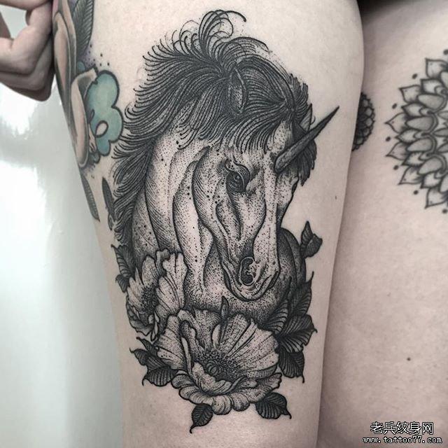 腿部黑灰马纹身图片