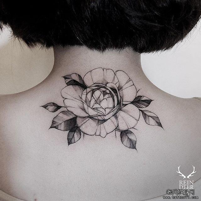 后颈小清新牡丹纹身图片