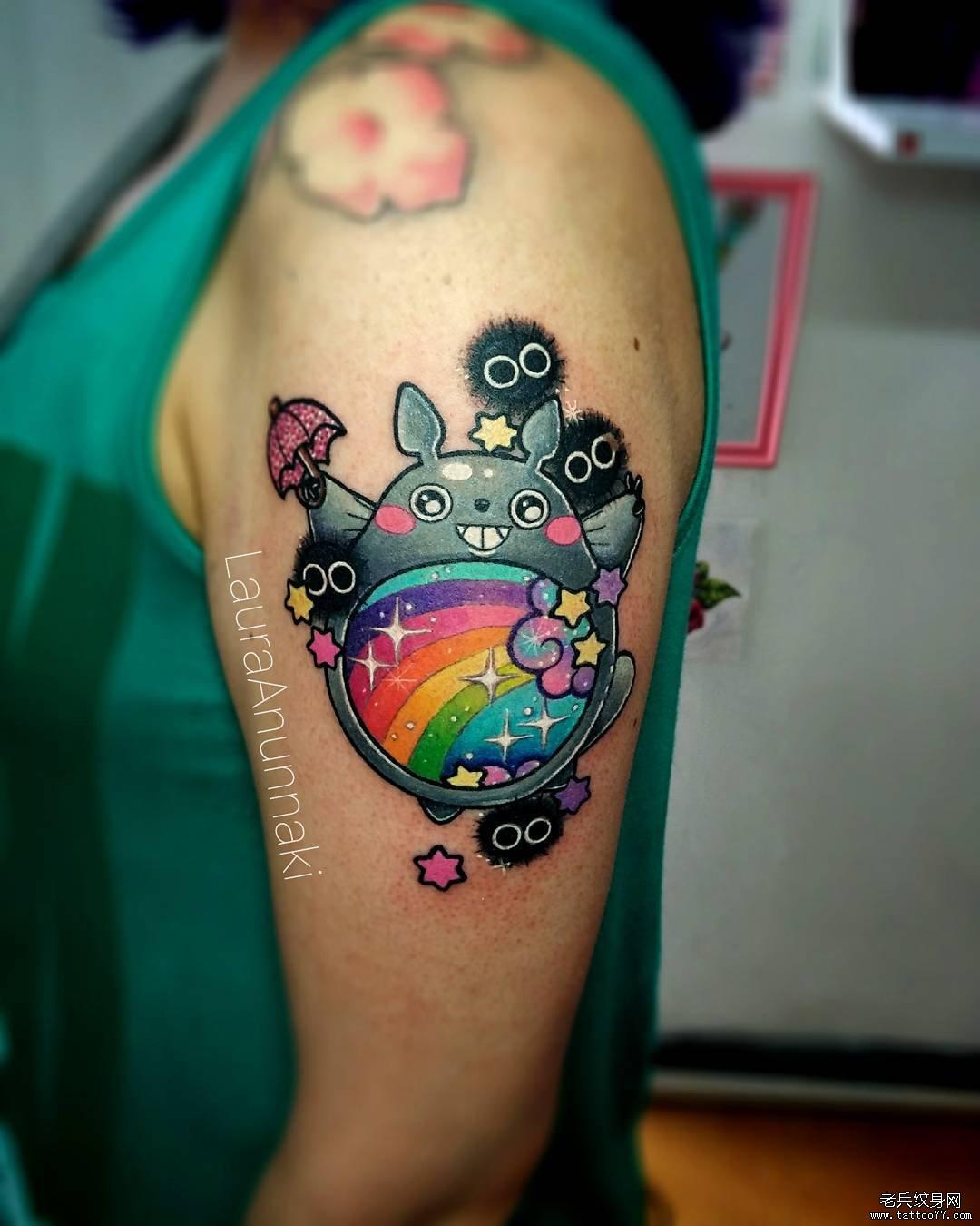 手臂卡通彩色龙猫纹身图案