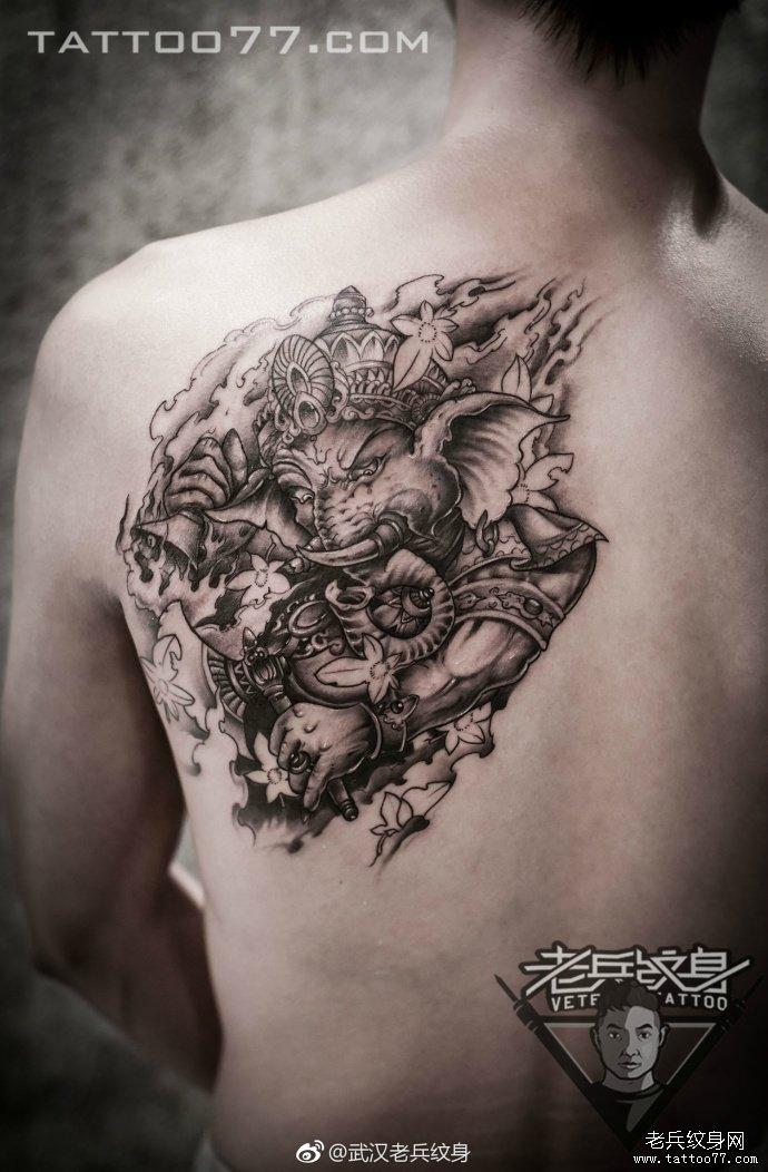 后背黑灰象神纹身图案