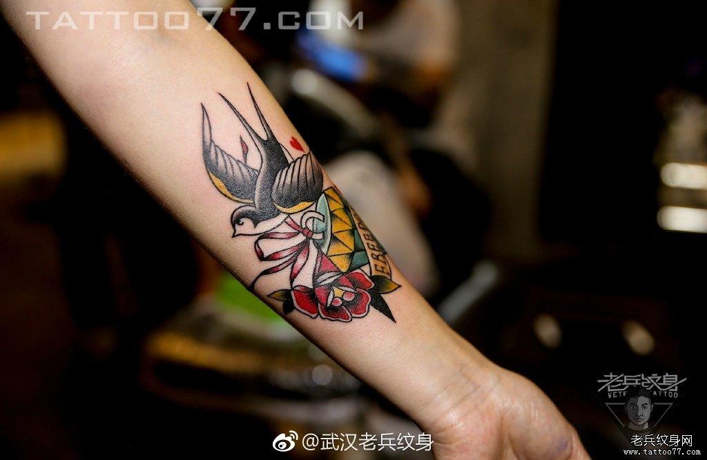 手臂school燕子纹身图案