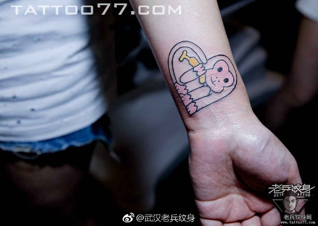 手腕线条猴子纹身图案