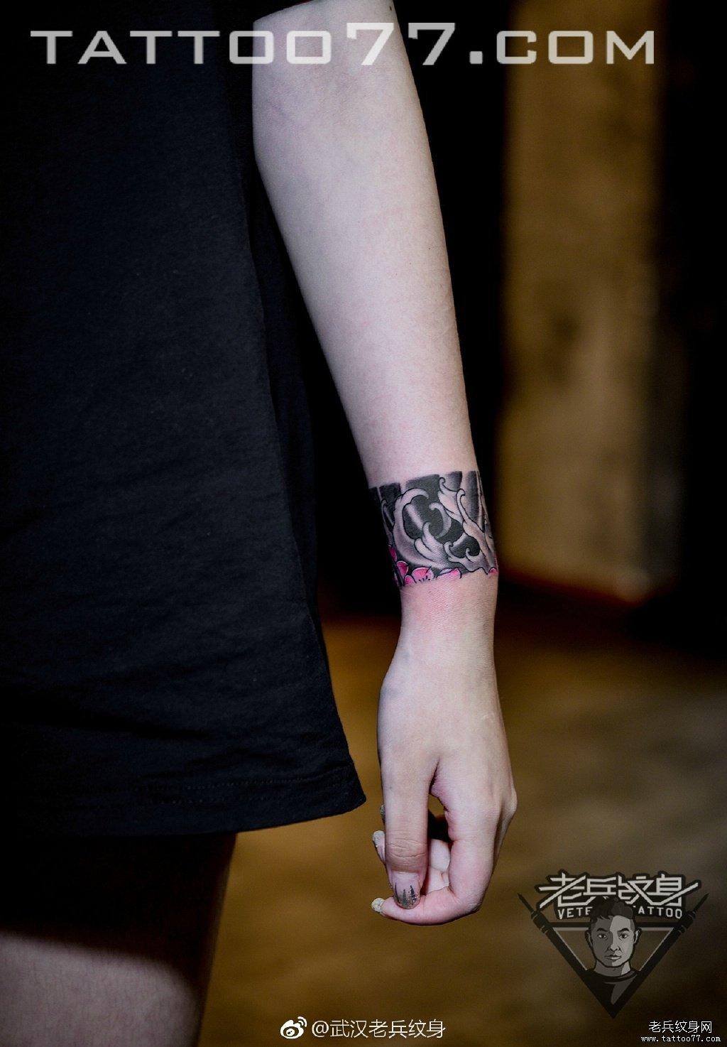 手臂色彩手环纹身图案图片