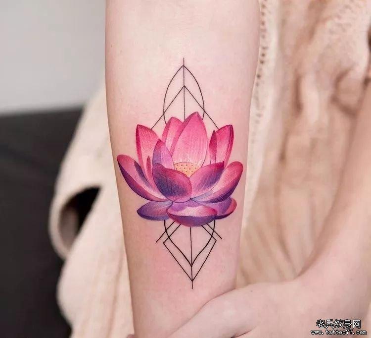 水彩莲花手臂纹身图案