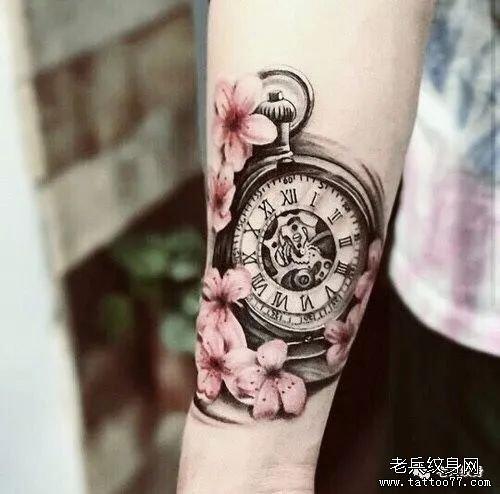 钟表手臂樱花纹身图案