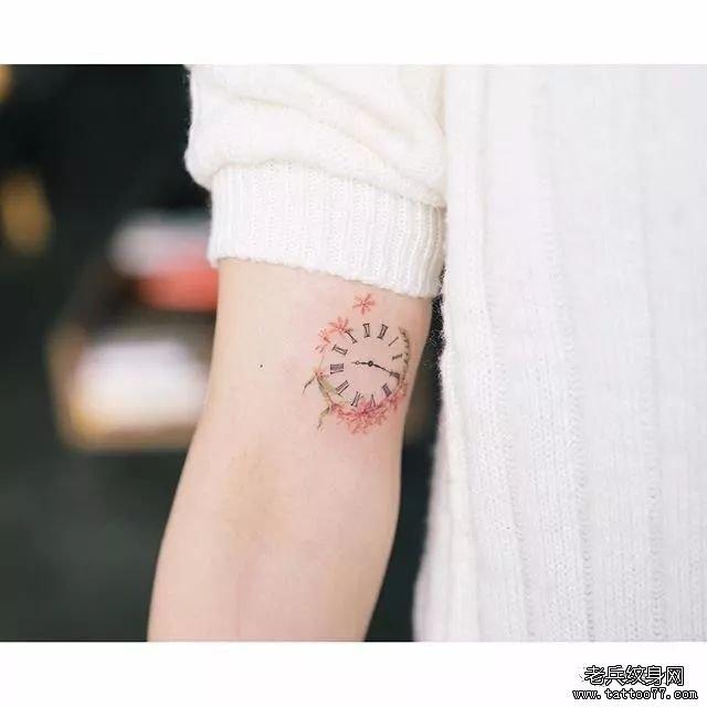 手臂小清新钟表纹身图案