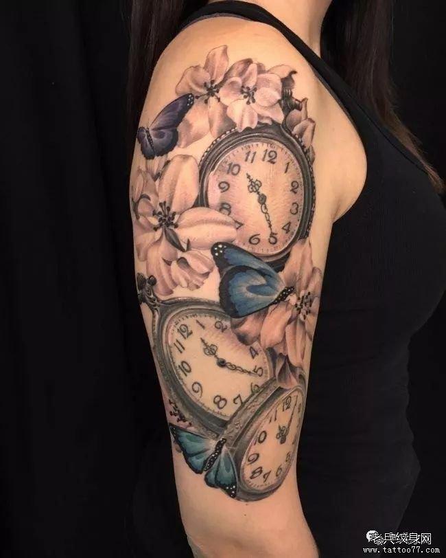 钟表手臂蝴蝶花纹身图案