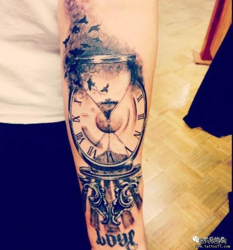 手臂漏斗钟表纹身图案