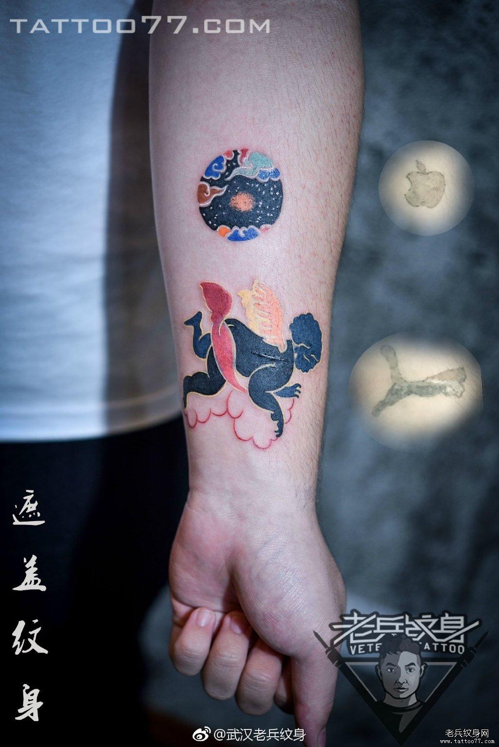 手臂色彩天使纹身图案