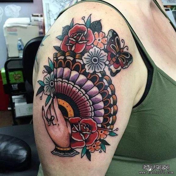 手臂色彩玫瑰扇子纹身图案