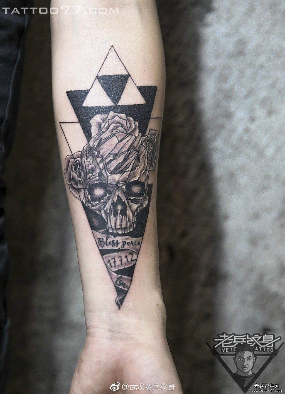 手臂黑灰几何骷髅纹身作品图案图片