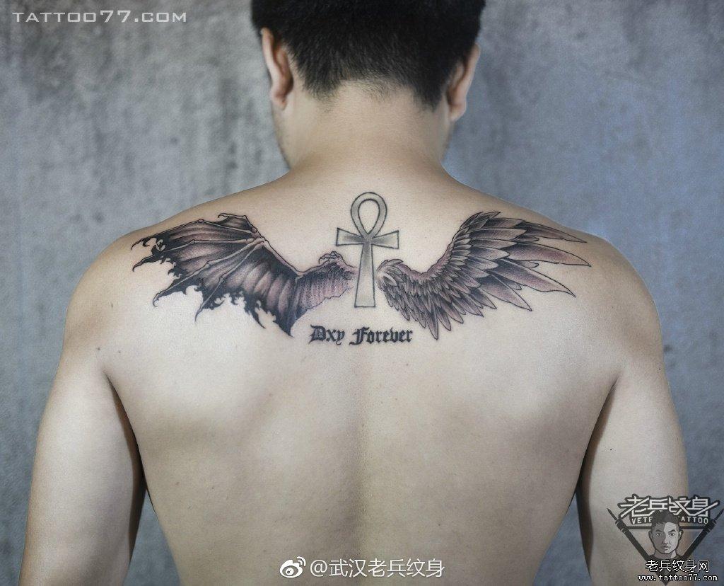后背黑灰翅膀纹身图案