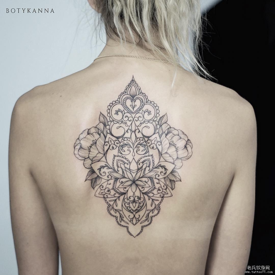 后背线条黑灰梵花纹身图案
