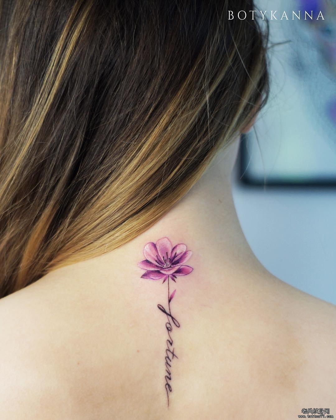 后背花色彩字母纹身图案