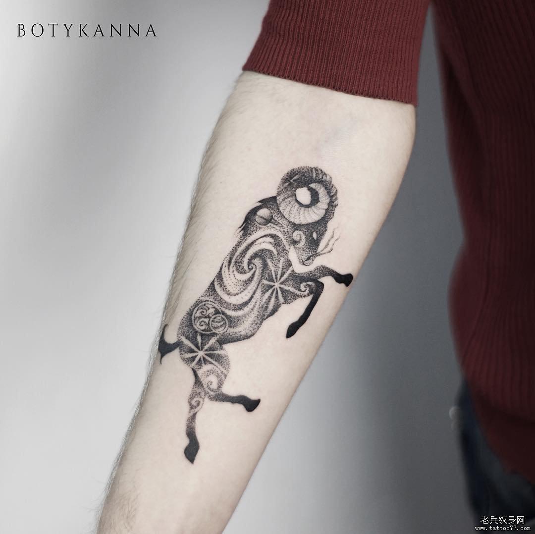 牛点刺星球黑灰手臂纹身图案