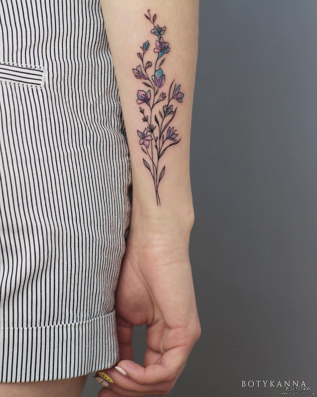 手臂月亮山花几何纹身图案