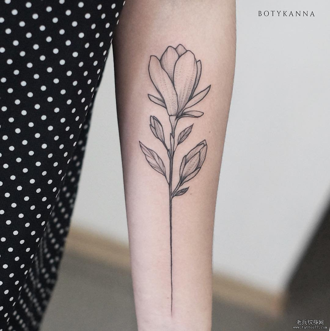 手臂黑灰花简约纹身图案