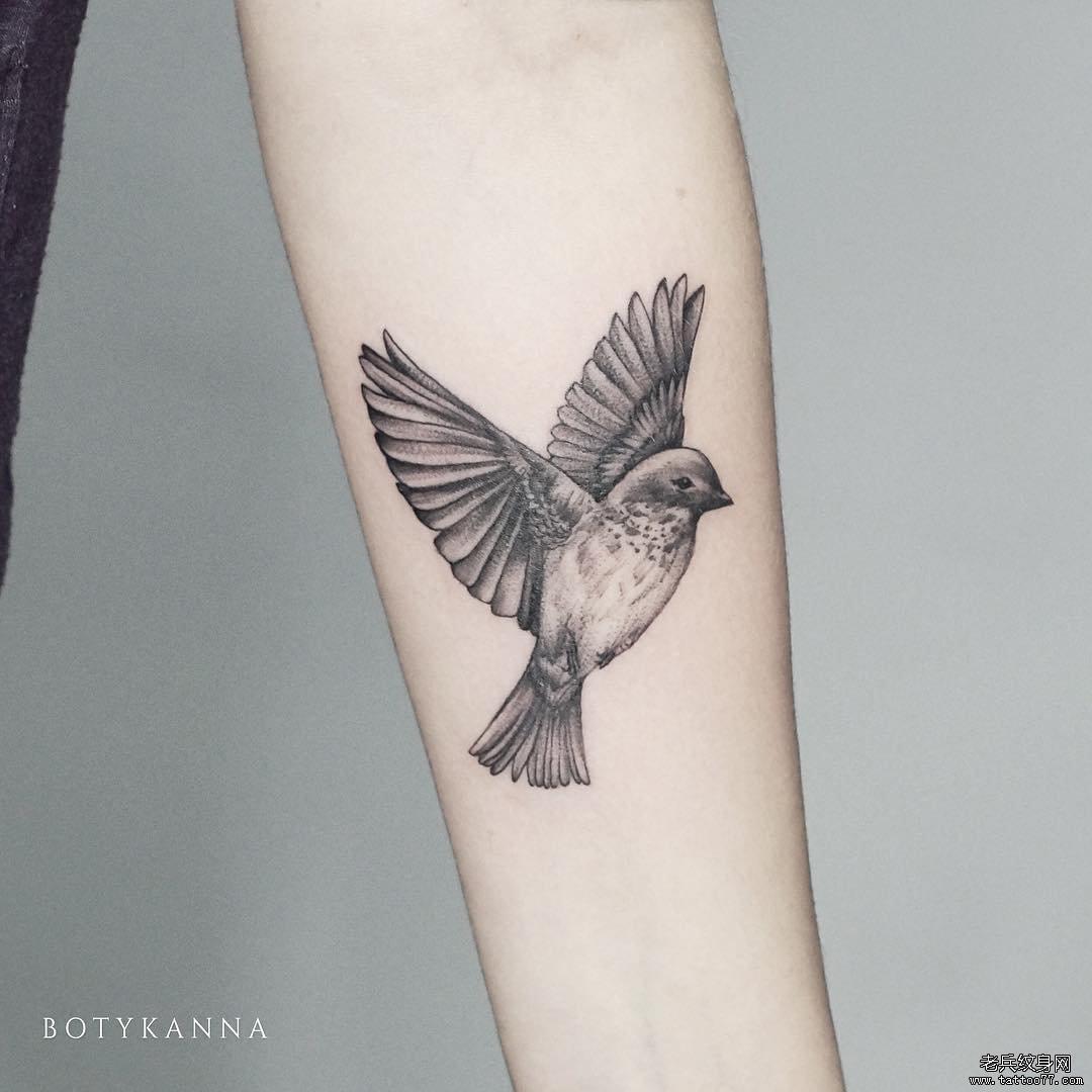 手臂黑灰鸟简约纹身图案
