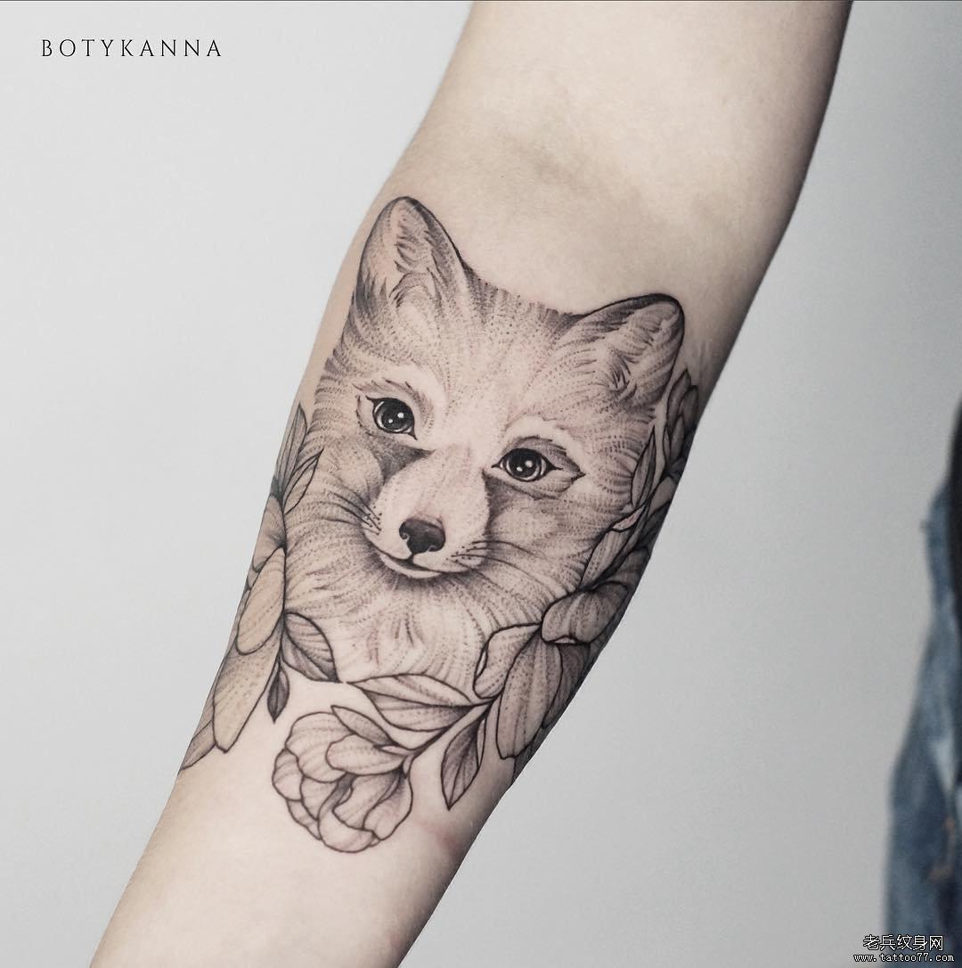 手臂狐狸黑灰纹身图案