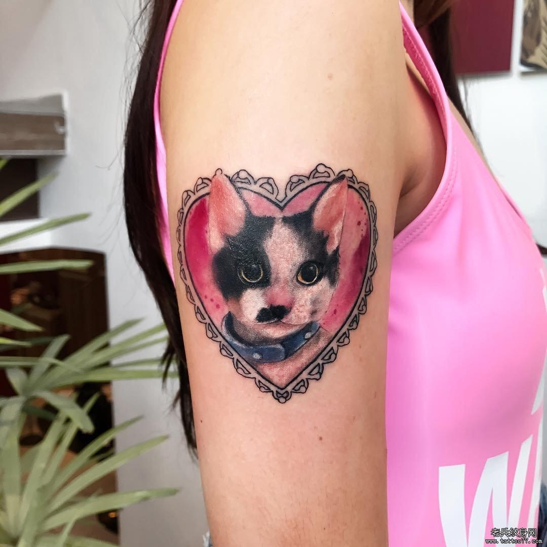 大臂小猫爱心可爱纹身图案