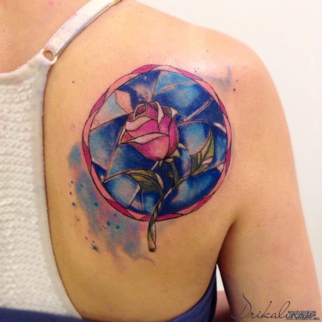肩胛骨玫瑰泼墨纹身图案